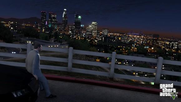 Michael observa a cidade de Los Santos a noite no GTA V
